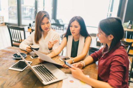 ウェブデザインの打ち合わせをする女性達